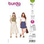 High-waisted culottes or shorts with side pockets and front pleats. The wide waistband is accented with a tie band or buckled belt made of fabric. Fabrics:  Gabardine, poplin, blends (A: striped lengthwise).